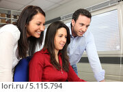 Купить «Коллеги в офисе устроили перерыв и смотрят что-то забавное в интернете», фото № 5115794, снято 12 февраля 2010 г. (c) Phovoir Images / Фотобанк Лори