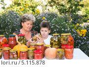 Бабушка с внуком  и соленья на зиму. Стоковое фото, фотограф Володина Ольга / Фотобанк Лори