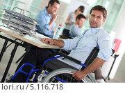 Мужчина-инвалид работает в офисе. Стоковое фото, фотограф Phovoir Images / Фотобанк Лори