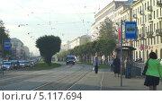 Скорая помощь едет по трамвайным путям, Санкт-Петербург, м.Новочеркасская (2013 год). Редакционное видео, видеограф Павел С. / Фотобанк Лори