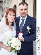 Купить «Жених и невеста с кольцами в руках», фото № 5118054, снято 3 июля 2013 г. (c) Кекяляйнен Андрей / Фотобанк Лори