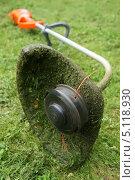 Купить «Газонокосилка на траве», фото № 5118930, снято 6 августа 2013 г. (c) М Б / Фотобанк Лори