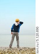 Купить «Мальчик бросает камешки в воду с берега моря», фото № 5120890, снято 30 июня 2013 г. (c) Юлия Кузнецова / Фотобанк Лори