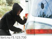Купить «Вор вскрывает чужой автомобиль», фото № 5123730, снято 26 июня 2013 г. (c) Дмитрий Калиновский / Фотобанк Лори