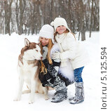 Купить «Мать с дочерью и собака хаски гуляют в парке зимой», фото № 5125594, снято 15 декабря 2012 г. (c) Дарья Петренко / Фотобанк Лори