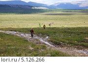 Отряд геофизиков выполняет измерения на полевых работах в горах (2013 год). Редакционное фото, фотограф Александр Алексеевич Миронов / Фотобанк Лори