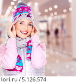 Купить «Веселая девушка в теплой одежде в магазине», фото № 5126574, снято 28 сентября 2013 г. (c) Валуа Виталий / Фотобанк Лори