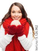 Купить «Красивая девушка в варежках с новогодним шаром в руках», фото № 5126962, снято 22 сентября 2013 г. (c) Syda Productions / Фотобанк Лори