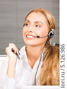 Купить «Дружелюбная сотрудница телефонной поддержки отвечает на звонок», фото № 5126986, снято 25 июля 2009 г. (c) Syda Productions / Фотобанк Лори