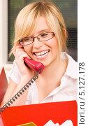 Купить «Привлекательная деловая женщина в офисе разговаривает по телефону с улыбкой на губах», фото № 5127178, снято 28 июня 2009 г. (c) Syda Productions / Фотобанк Лори