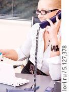 Купить «Привлекательная деловая женщина в офисе разговаривает по телефону с улыбкой на губах», фото № 5127378, снято 6 июня 2009 г. (c) Syda Productions / Фотобанк Лори