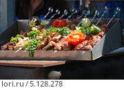 Купить «Шашлык на витрине в кафе, ВВЦ, Москва», эксклюзивное фото № 5128278, снято 5 июня 2011 г. (c) lana1501 / Фотобанк Лори