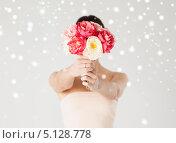 Купить «Девушка держит букет цветов, заслоняя лицо», фото № 5128778, снято 6 марта 2013 г. (c) Syda Productions / Фотобанк Лори