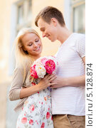 Купить «Молодой человек пришел на свидание с девушкой с букетом цветов», фото № 5128874, снято 6 сентября 2013 г. (c) Syda Productions / Фотобанк Лори