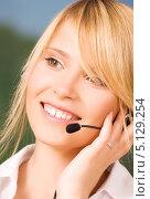 Купить «Привлекательная телефонная операционистка отвечает на звонок в офисе кол-центра», фото № 5129254, снято 28 июня 2009 г. (c) Syda Productions / Фотобанк Лори