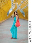 Улыбающаяся девушка в длинном голубом летнем платье и красной сумкой. Стоковое фото, фотограф Игорь Долгов / Фотобанк Лори