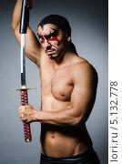 Купить «Мужчина с гримом на лице держит в руках катану», фото № 5132778, снято 9 июля 2013 г. (c) Elnur / Фотобанк Лори
