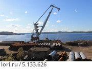 Купить «Трубы и морской кран на фоне залива», фото № 5133626, снято 18 августа 2013 г. (c) Иван Тимофеев / Фотобанк Лори