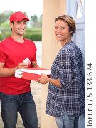 Купить «Разносчик принес пиццу домой», фото № 5133674, снято 9 сентября 2010 г. (c) Phovoir Images / Фотобанк Лори