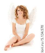 Купить «Очаровательная девушка с волнистыми волосами с крыльями ангела на белом фоне», фото № 5134570, снято 1 августа 2009 г. (c) Syda Productions / Фотобанк Лори