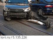 Авария на дороге, автомобиль без бампера (2013 год). Редакционное фото, фотограф eva cuba air / Фотобанк Лори