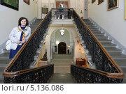 Купить «Кострома, женщина турист на лестнице Романовского музея», эксклюзивное фото № 5136086, снято 4 сентября 2013 г. (c) Дмитрий Неумоин / Фотобанк Лори
