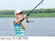 Мальчик рыбачит на реке. Стоковое фото, фотограф Римма Зайцева / Фотобанк Лори