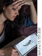 Несчастная женщина с некрологом. Стоковое фото, фотограф CandyBox Images / Фотобанк Лори