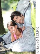 Парень и девушка выглядывают из палатки. Стоковое фото, фотограф Phovoir Images / Фотобанк Лори