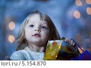 Купить «Девочка с подарком в руках», фото № 5154870, снято 19 декабря 2009 г. (c) Станислав Фридкин / Фотобанк Лори