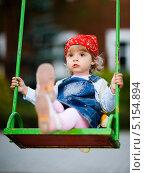 Купить «Девочка в красной косынке качается на качелях», фото № 5154894, снято 5 сентября 2009 г. (c) Станислав Фридкин / Фотобанк Лори