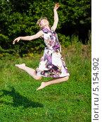 Купить «Босая молодая женщина прыгает на фоне летнего леса», фото № 5154902, снято 3 сентября 2009 г. (c) Станислав Фридкин / Фотобанк Лори