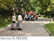 Купить «Туристы с багажом», эксклюзивное фото № 5155010, снято 1 октября 2013 г. (c) Юрий Морозов / Фотобанк Лори