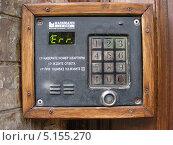 Купить «Кодовый замок на подъезде жилого дома», эксклюзивное фото № 5155270, снято 5 мая 2010 г. (c) lana1501 / Фотобанк Лори