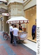 Купить «Молодой человек торгует мороженым с передвижного лотка. ГУМ, Москва», эксклюзивное фото № 5157074, снято 20 августа 2013 г. (c) Григорий Писоцкий / Фотобанк Лори