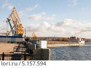 Погрузка в Речном Порту Тольятти (2013 год). Редакционное фото, фотограф Сергей Хрушков / Фотобанк Лори