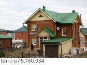 Деревянный коттедж в Лесной Поляне (2013 год). Редакционное фото, фотограф Константин Челомбитко / Фотобанк Лори