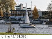Плывущая яхта (2013 год). Редакционное фото, фотограф Александр Хорхордин / Фотобанк Лори