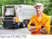 Купить «Портрет рабочего у машины для вывоза мусора», фото № 5162710, снято 23 мая 2013 г. (c) Дмитрий Калиновский / Фотобанк Лори