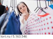 Купить «Девушка выбирает наряд в шкафу», фото № 5163546, снято 29 августа 2012 г. (c) Wavebreak Media / Фотобанк Лори