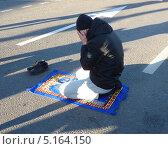 Купить «Мусульманин в Москве совершает намаз в честь праздника Курбан-Байрам», фото № 5164150, снято 15 октября 2013 г. (c) Данила Васильев / Фотобанк Лори