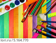 Акварельные краски  и цветные карандаши с кистями. Стоковое фото, фотограф Сергей Белов / Фотобанк Лори