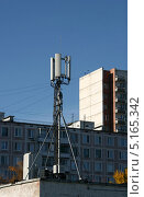 Купить «Антенна базовой станции оператора мобильной связи на крыше здания», эксклюзивное фото № 5165342, снято 13 октября 2013 г. (c) Щеголева Ольга / Фотобанк Лори