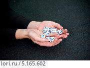 Руки с игральными костями. Стоковое фото, фотограф Мария Тильда / Фотобанк Лори