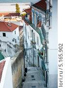 Узкая улочка. Лиссабон. Португалия (2013 год). Стоковое фото, фотограф E. O. / Фотобанк Лори