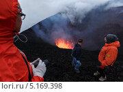 Туристы наблюдают за извержением вулкана. Камчатка (2013 год). Редакционное фото, фотограф А. А. Пирагис / Фотобанк Лори