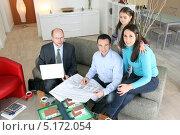 Купить «Семья покупает новый дом», фото № 5172054, снято 21 января 2010 г. (c) Phovoir Images / Фотобанк Лори