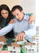 Купить «Мужчина и девушка над макетом жилого района», фото № 5172082, снято 21 января 2010 г. (c) Phovoir Images / Фотобанк Лори