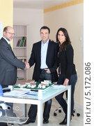 Купить «Архитектор и его клиенты в офисе», фото № 5172086, снято 21 января 2010 г. (c) Phovoir Images / Фотобанк Лори