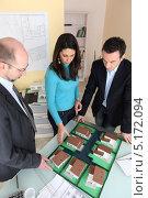 Купить «Архитектор показывает проект инвесторам», фото № 5172094, снято 21 января 2010 г. (c) Phovoir Images / Фотобанк Лори